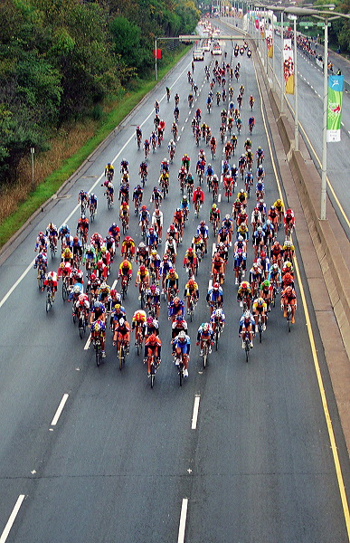 Peloton spreads out - 09:30 EDT