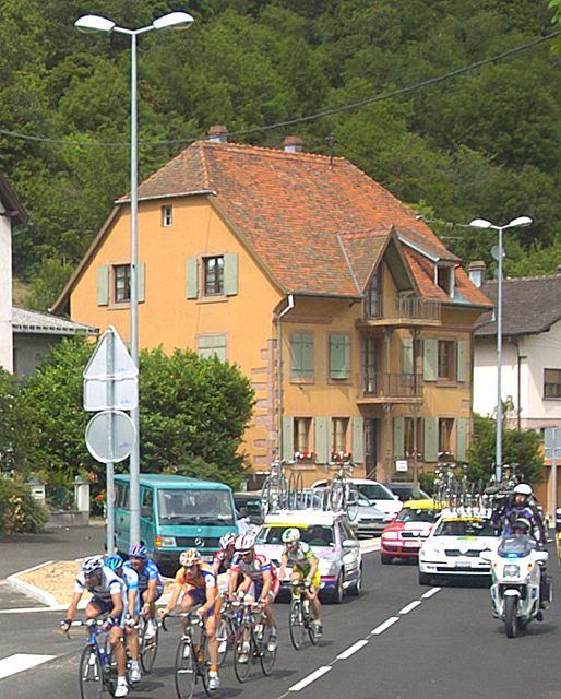 Lead group containing Pieter Weening (Rabobank), Juan Antonio Flecha (Fassa Bortolo), Cédric Vasseur (Cofidis), Nicolas Jalabert (Phonak), Salvatore Commesso (Lampre-Caffita), Ronny Scholz (Gerolsteiner) and Nicki Sørensen (CSC) pass through the town of Munster.