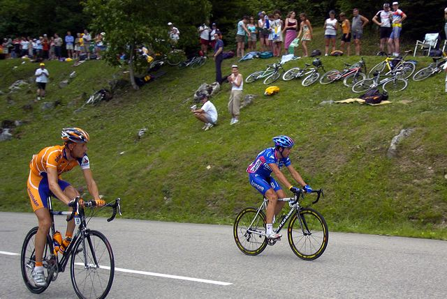 Pieter Weening (Rabobank) and Daniele Righi (Lampre-Caffita) prepare for turn.