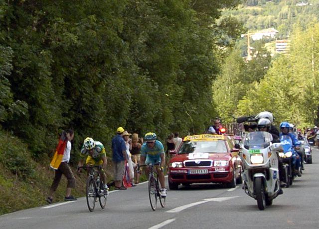Alexandre Vinokourov (T-Mobile) and Santiago Botero (Phonak) battle for stage win in Briançon.
